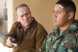 Hank Deerfield (Tommy Lee Jones) und Private Robert Ortiez (Roman Arabia) - Im Tal von Elah (Originaltitel: In the Valley of Elah)
