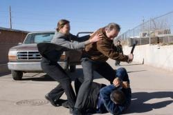 Det. Emily Sanders (Charlize Theron) versucht Hank Deerfield (Tommy Lee Jones) davon abzuhalten Private Robert Ortiez (Roman Arabia) all zu sehr niederzuprügeln - Im Tal von Elah (Originaltitel: In the Valley of Elah)