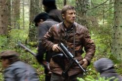 Tuvia Bielski (Daniel Craig) mit Kampfbrüdern und Flüchtlingen auf dem Weg ins versteckte Dorf - Unbeugsam - Defiance