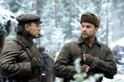 Tuvia Bielski (Daniel Craig) mit seinem Bruder Zus Bielski (Liev Schreiber) - Unbeugsam - Defiance