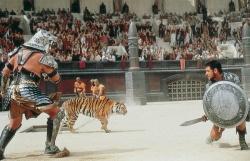 Maximus (Russell Crowe), nun auch Spanier genannt, im Kampf mit Tigris von Gallien (Sven-Ole Thorsen) - Gladiator