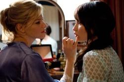 Ist Rachel (Elizabeth Banks, links) wirklich die böse Stiefmutter? rechts, Anna (Emily Browning) - Der Fluch der 2 Schwestern