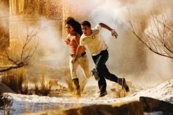 Mikaela Banes (Megan Fox) und Sam Witwicky (Shia LaBeouf) unter Feuer - Transformers - Die Rache