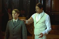 Commandant Klein (Willam Dafoe), Adam Stein (Jeff Goldblum) - Ein Leben für ein Leben - Adam Hundesohn
