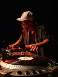 Titelmotiv - Turntable-Legende DJ Qbert scratcht in DJ Hero 2