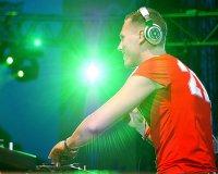 Titelmotiv - DJ Tiësto an den Plattentellern von DJ Hero 2!