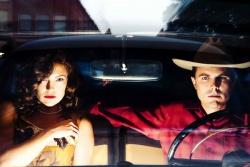 die nichts ahnende Amy Stanton (Kate Hudson) mit ihrem Freund Deputy Sheriff Lou Ford (Casey Affleck) - The Killer inside me