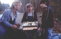 Sarah Whittle (Bonnie Hunt), Judy Shepherd (Kirsten Dunst) und Peter Shepherd (Bradley Pierce) suchen gemeinsam nach Lösungen - Jumanji
