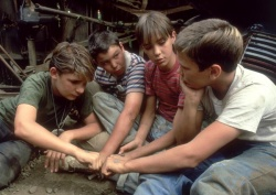 Teddy Duchamp (Corey Feldman)), Vern Tessio (Jerry O'Connell), Gordie Lachance (Wil Wheaton), Chris Chambers (River Phoenix v.l.n.r. - Stand by Me