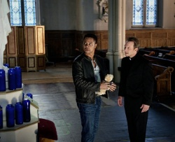 John Hebron (Cuba Gooding Jr.) und Father Porter (Christian Slater) - Sacrifice