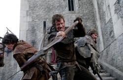 Guy the Squire (Aneurin Barnard) und Gil Becket (Jason Flemyng) bei der Verteidigung der Burg - Ironclad - Bis zum letzten Krieger