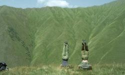 Nica und Alex vor der atemberaubenden Kulisse des Kaukasusgebirges (photo Inti Briones) - The Loneliest Planet