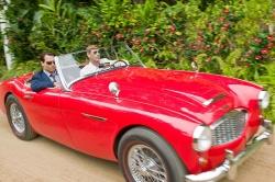 Baulöwe Sanderson (Aaron Eckhart) zeigt Kemp (Johnny Depp) das schöne Leben - Rum Diary