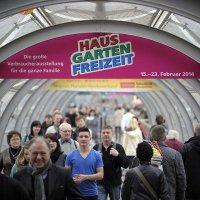 Ein typisches Bild, zahlreiche Besucher kommen auf das Leipziger Messegelände und strömen durch die Glasröhren, die die Glashalle mit den einzelnen Messehallen verbinden. (Foto: Leipziger Messe GmbH / Jens Schlüter)