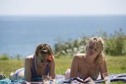 Tim's liebenswerte Schwester Kit Kat (Lydia Wilson) und Charlotte (Margot Robbie), Tim's (Jugend-) Sommerliebe - Alles eine Frage der Zeit (About Time)