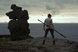 Rey (Daisy Ridley) auf Ahch To - Star Wars - Episode VIII - Die letzten Jedi
