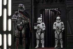 Captain Phasma (Gwendoline Christie) hat noch eine Rechnung mit Finn (John Boyega) offen - Star Wars - Episode VIII - Die letzten Jedi