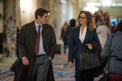 Dave York (Pedro Pascal) im Gespräch mit Susan Plummer (Melissa Leo) - The Equalizer 2