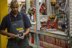 Robert McCall (Denzel Washington) bei seiner schlichten Arbeit im Baumarkt - The Equalizer