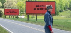 Mildred Hayes (Frances McDormand) vor ihren Werbetafeln - Three Billboards Outside Ebbing, Missouri