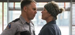 Officer Dixon (Sam Rockwell) und Mildred Hayes (Frances McDormand) geraten aneinander - Three Billboards Outside Ebbing, Missouri