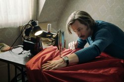 Günter Wetzel (David Kross) näht bis die Finger bluten - Ballon
