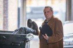 Leslie (Tom Wilkinson) - Dead In A Week (oder Geld zurück)