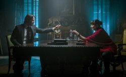 Alte Weggefährten John Wick (Keanu Reeves) und die Regiseurin (Angelica Huston) <small>(Bildmaterial: © 2018 Concorde Filmverleih GmbH)</small> - John Wick 3