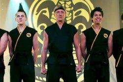 Cobra Kai mit spektakulärem Auftritt - v.l.n.r. - Eli 'Hawk' Moskowitz ( Jacob Bertrand), Sensei Lawrence (William Zabka), Miguel Diaz (Xolo Maridueña) - Cobra Kai - Die Serie